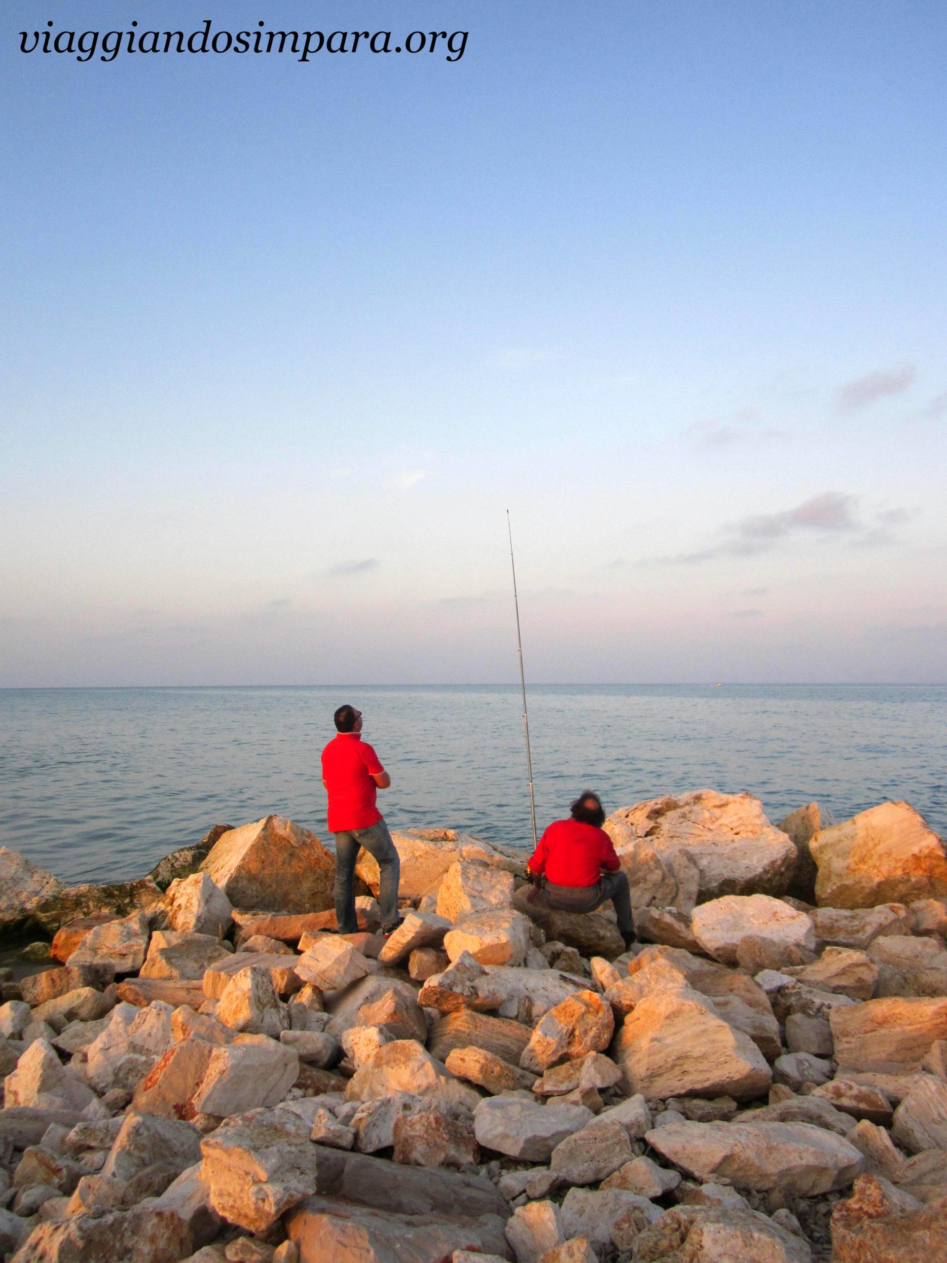 Pedaso, pescatori all'opera sul lungomare